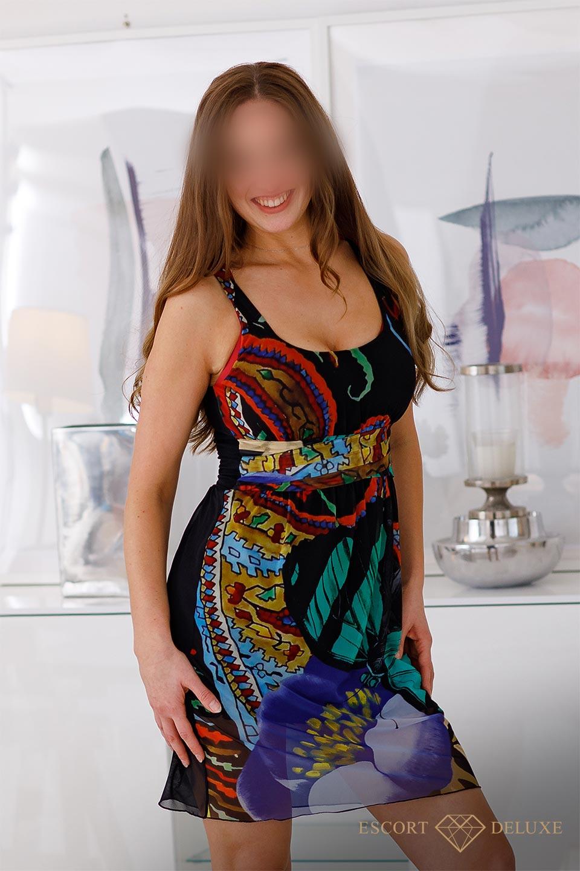 Sophie trägt ein buntes Kleid