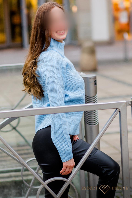 Sophie in blauem Pullover