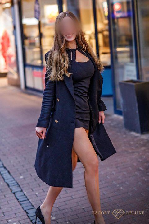 Sophie in schwarzen Trenchcoat
