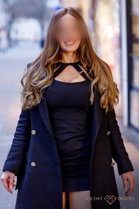 Sophie lächelt in schwarzen Kleid