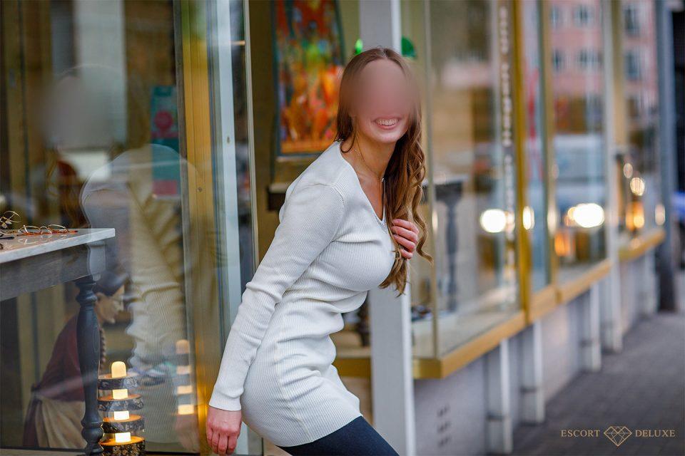 Escort Dame Sophie vor Ladengeschäft